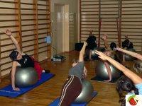 Instruktorka dobiera najodpowiedniejsze ćwiczenia.